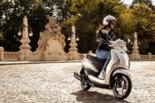 2021-Yamaha-LTS125-EU-Pearl_White-Action-002-03