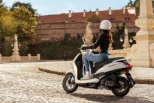 2021-Yamaha-LTS125-EU-Pearl_White-Action-003-03