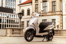 2021-Yamaha-LTS125-EU-Pearl_White-Static-004-03