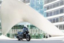 2020-Yamaha-XMAX400-EU-Sonic_Grey-Static-001-03